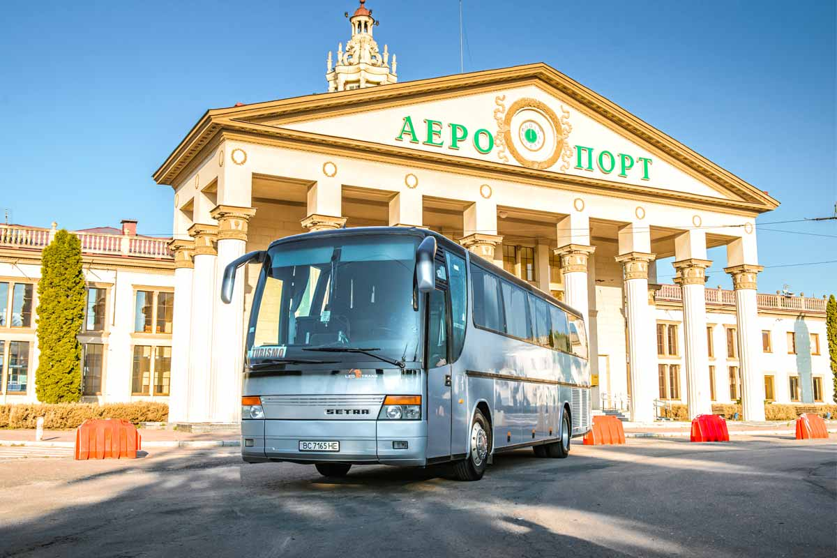 Сірий автобус Setra 315 HD.