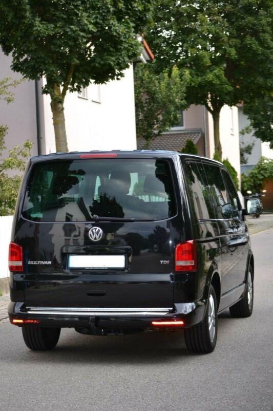 Вид ззаду Volkswagen Caravella.