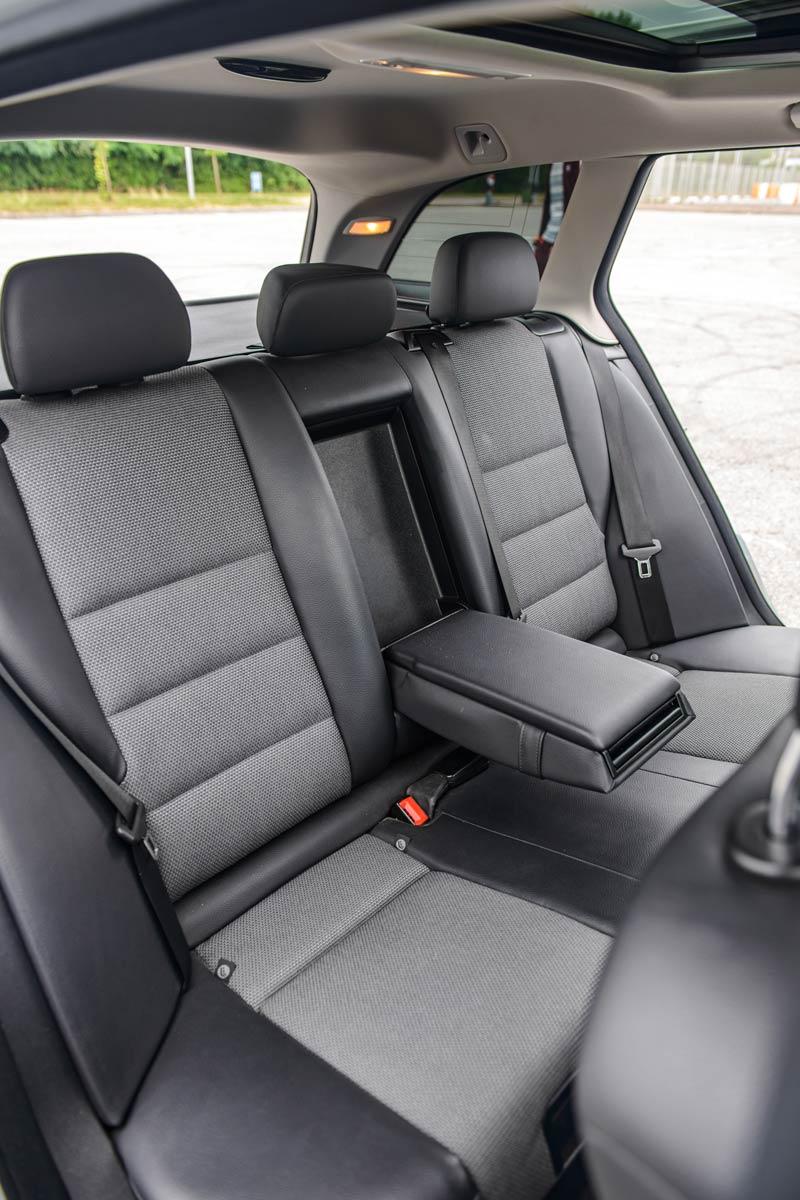 Задні сидіння в авто Mercedes C-class.